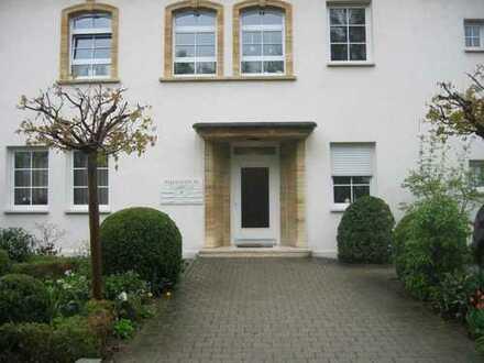 Schöne 3-Zimmer-Wohnung mit ca. 100 m² Wohnfläche im 1. Obergeschoss einer renovierten Villa mit ...