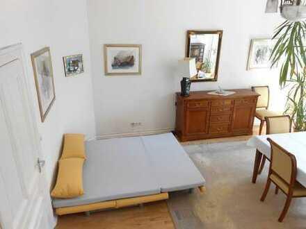 Schönes, helles Zimmer mit Stuckdecke in Altbauwohnung zur Zwischenmiete