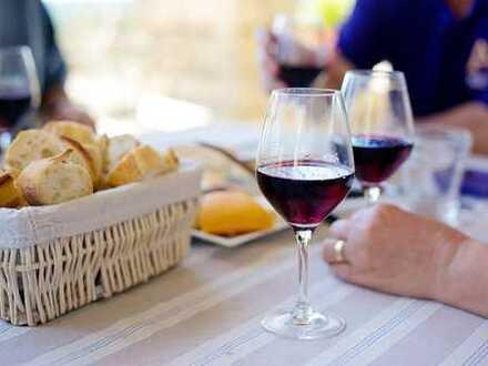 Ein Glas Wein auf der eigenen Terrasse...