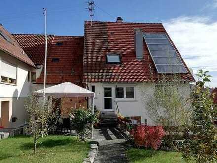 Doppelhaushälfte mit Garten und zwei Garagen in Gomadingen