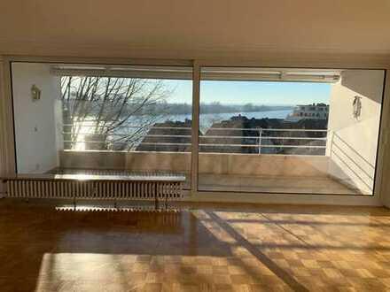 Vollständig renovierte 4-Zimmer-Wohnung mit Balkon und Einbauküche in Weiß, Köln