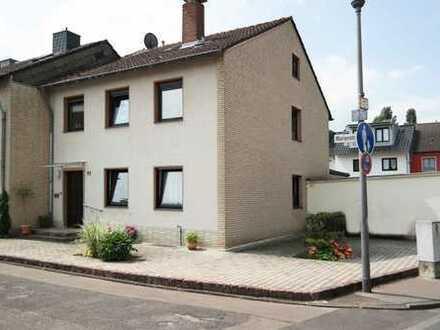 Lichtdurchflutete DG-Wohnung in einem 3-Parteienhaus in Köln-Pesch zu vermieten.