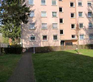 Für Kapital-Anleger: Sanierte 2-Raum-Wohnung mit Balkon und Einbauküche in Hanau