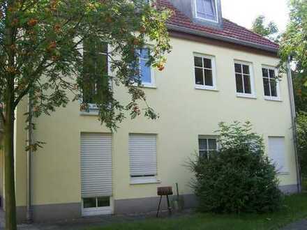 Leutzsch, ruhige und grüne Lage, 1. OG, 2 Zimmer, Küche mit EBK, Bad, Balkon, Fußbodenheizung