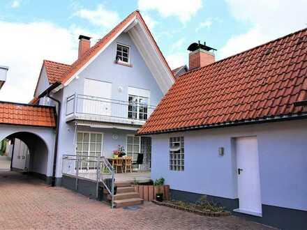 Gepflegtes Zweifamilienhaus mit Nebengebäude und Garagenhaus