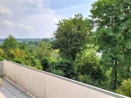 Großer Balkon und sonniger Garten in Südwest-Ausrichtung mit Blick ins Grüne