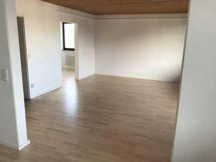 Hochwertige, frisch renovierte 4,5-Zimmer-Wohnung mit Balkon in Frankfurt-Niederrad