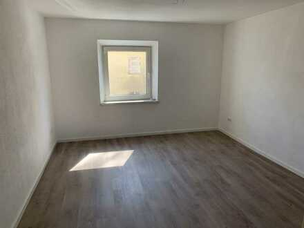 - - - Top SANIERTE 2-Zimmer-Wohnung in Hof inkl. neuer EINBAUKÜCHE - - -