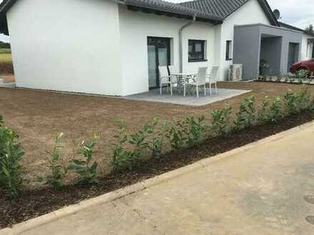 Schönes, geräumiges Haus mit vier Zimmern - Bungalow mit Garten und Garage