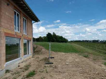 ERSTBEZUG MIT WEITBLICK! Großzügige Neubau-DHH mit 2 Bädern, Einbauküche, Klimaanlage, Carport
