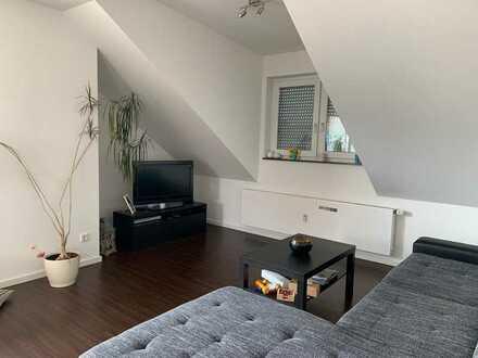 Schöne, helle 2-Zimmer-Dachgeschosswohnung mit Balkon und Einbauküche in Nidderau