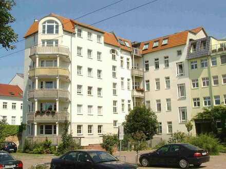 2-Zimmer Wohnung mit Balkon , Einbauküche und PKW -Stellplatz