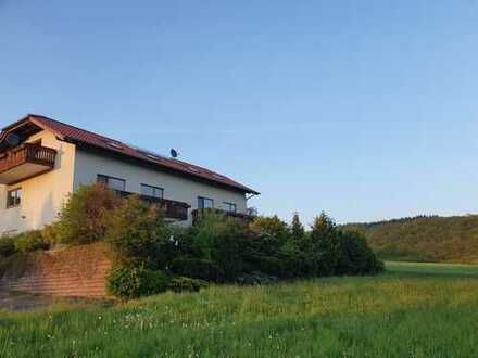2 gepflegte 5-Zi.-Maisonette-Wohgen mit Balkon, Terasse, EBK u. PKW-Stellpl. in Bischoffen-Roßbach