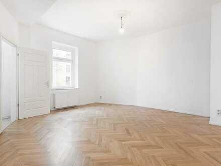 Helle und gemütliche 1-Zimmer-Wohnung mit hohen Decken, Fischgrätparkett und Wannenbad