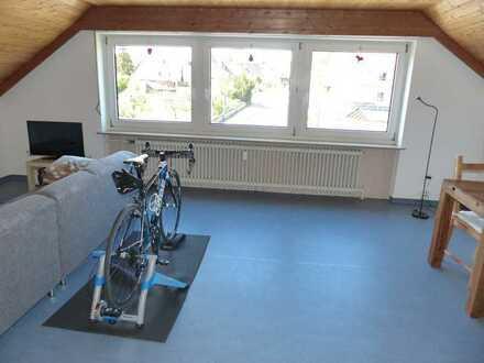 Freundliche Dachgeschosswohnung mit 2 1/2 Zimmern, EBK und Garage