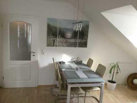 Helle attraktive 3-Zimmer Dachgeschosswohnung mit EBK und Süd-Balkon, teilmöbliert