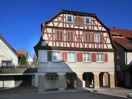 Dachgeschosswohnung mit ca. 43 m² Wfl., inklusive Gewerbefläche im EG!