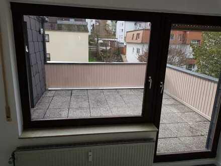Sehr schöne frisch renovierte 2 ZKB mit Dachterrasse