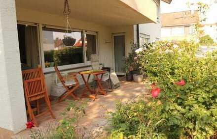 Top gepflegte 2,5 Zimmer Erdgeschoss Wohnung mit EBK sowie Terrasse und Garage in 71272 Renningen