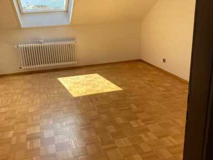 Gepflegte DG-Wohnung mit vier Zimmern sowie Balkon und Einbauküche in Ulm