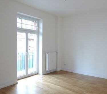 ZWEITBEZUG NACH SANIERUNG– Schöne 3-Zimmer-Altbauwohnung mit Parkettboden, Einbauküche und Balkon