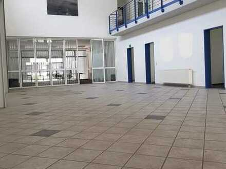 Gepflegte Büro-und Hallenflächen mit 2 Garagen und vielen Stellplätzen zu verkaufen