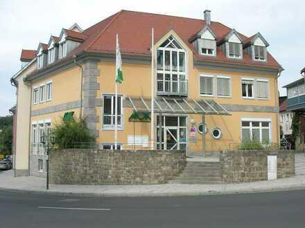 Gepflegte Dachgeschosswohnung mit vier Zimmern und EBK in Mellrichstadt