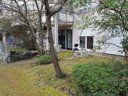 Exklusive 1-Zimmer-Wohnung in Karlsruhe für Studenten oder als Büro in der City Blick auf GRÜNANLAGE