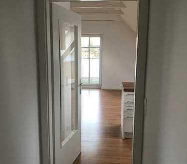 Buxtehude-Ottensen, schöne 2,5-Zimmer-Dachgeschosswohnung mit Balkon und Einbauküche