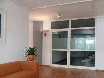 Untermieter/In für 3 helle, moderne Büroräume gesucht
