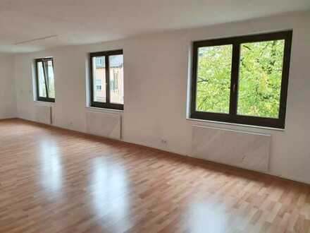 Zentral: Einheit mit 3 hellen Räumen, Balkon, etc., Bad/WC+Heizung neu, mit KFZ-Stellplatz!