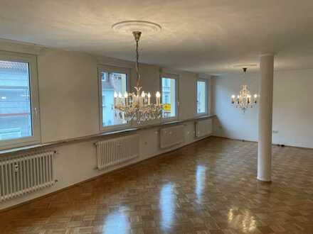 Vollständig renovierte/modernisierte Wohnung mit fünf Zimmern sowie Balkon, Terrasse, Garten und EBK