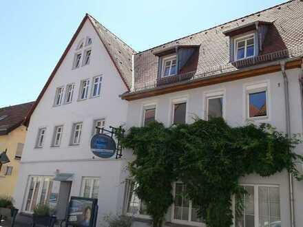 Besondere 5ZKB Wohnung mit großer Dachterrasse und Stellplatz