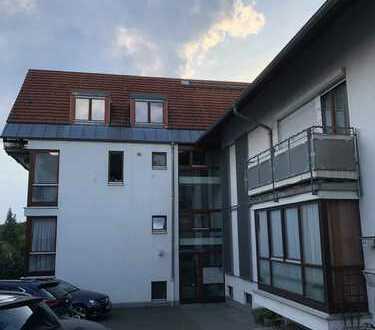 Top Aussicht: Gepflegte 2,5-Zimmer-Dachgeschosswohnung mit Balkon und EBK in Karben