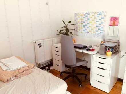 Schönes, helles Zimmer in netter 3er WG