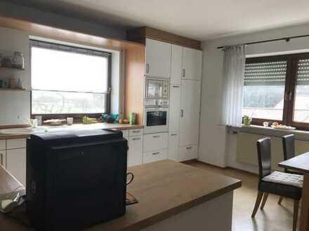 gepflegte 7-Zimmer-Wohnung mit Einbauküche und Balkon in Hilpoltstein-Ortsteil nahe der Autobahn