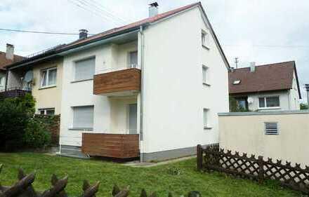 Sonnige, renovierte Doppelhaushälfte mit zwei Balkonen u. herrlichem Gartenbereich in ruhiger Lage
