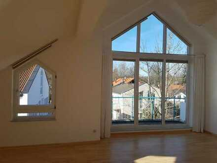 Lichtdurchflutete 3,5-Zimmer-DG-Wohnung mit Balkon und EBK in Gauting