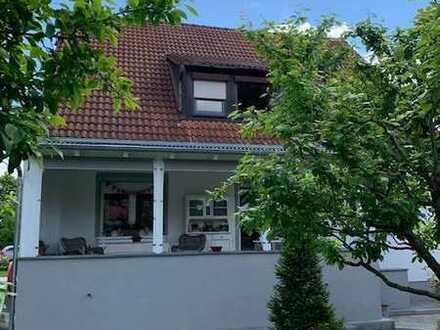 Zweifamilienhaus mit einem liebevoll angelegten Garten ...