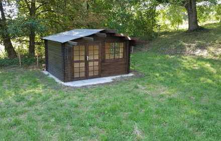 Sonniges Gartengrundstück mit einem kleinem Blockhaus