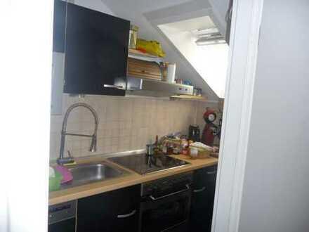 Gepflegte 2-Zimmer-Dachgeschosswohnung mit Balkon, Einbauküche in Ludwigshafen am Rhein