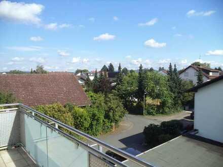 Helle und neuwertige 4 Zimmerwohnung mit großem Balkon & Außenstellplatz in ruhigem 3 Familienhaus!