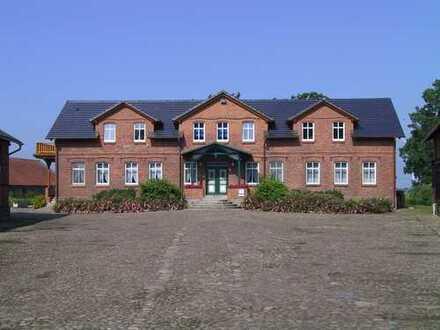 Traumhaft gelegene 3-Zi-Wohnung. auf weitläufigem sehr gepfl. Hof mit Garten/Terrasse/Doppelcarport