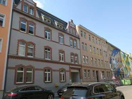 Großzügige 2 Zi-DG-Wohnung mit Laminat, Einbauküche und Wannenbad in der östl. Innenstadt