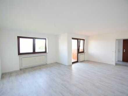 Frisch renovierte helle 2-Zimmer-Wohnung mit Balkon und EBK