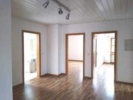 Gepflegte 4-Zimmer-DG-Wohnung mit Balkon und Einbauküche in Egweil