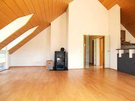 Zink Immobilien:Helle 4 Zimmer Dachgeschoss-Wohnung mit Kaminofen, Balkon und 2 Stellplätze