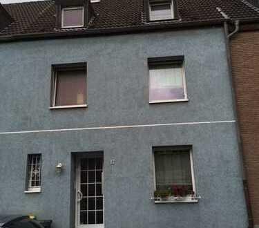 Schöne gemütliche Dachgeschoss - Wohnung im ruhigen 2 Familienhaus !