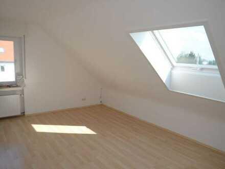 Sanierte 3 Zimmer Dachgeschoß Wohnung mit Wannenbad - für 1-2 Personen