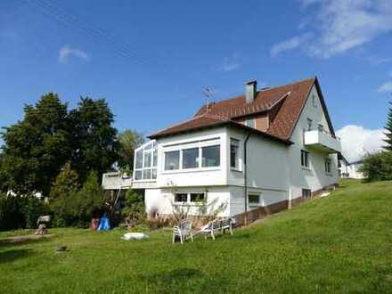 Modernisierte 3-Zimmer-Dachgeschosswohnung mit Balkon und EBK in Meßstetten